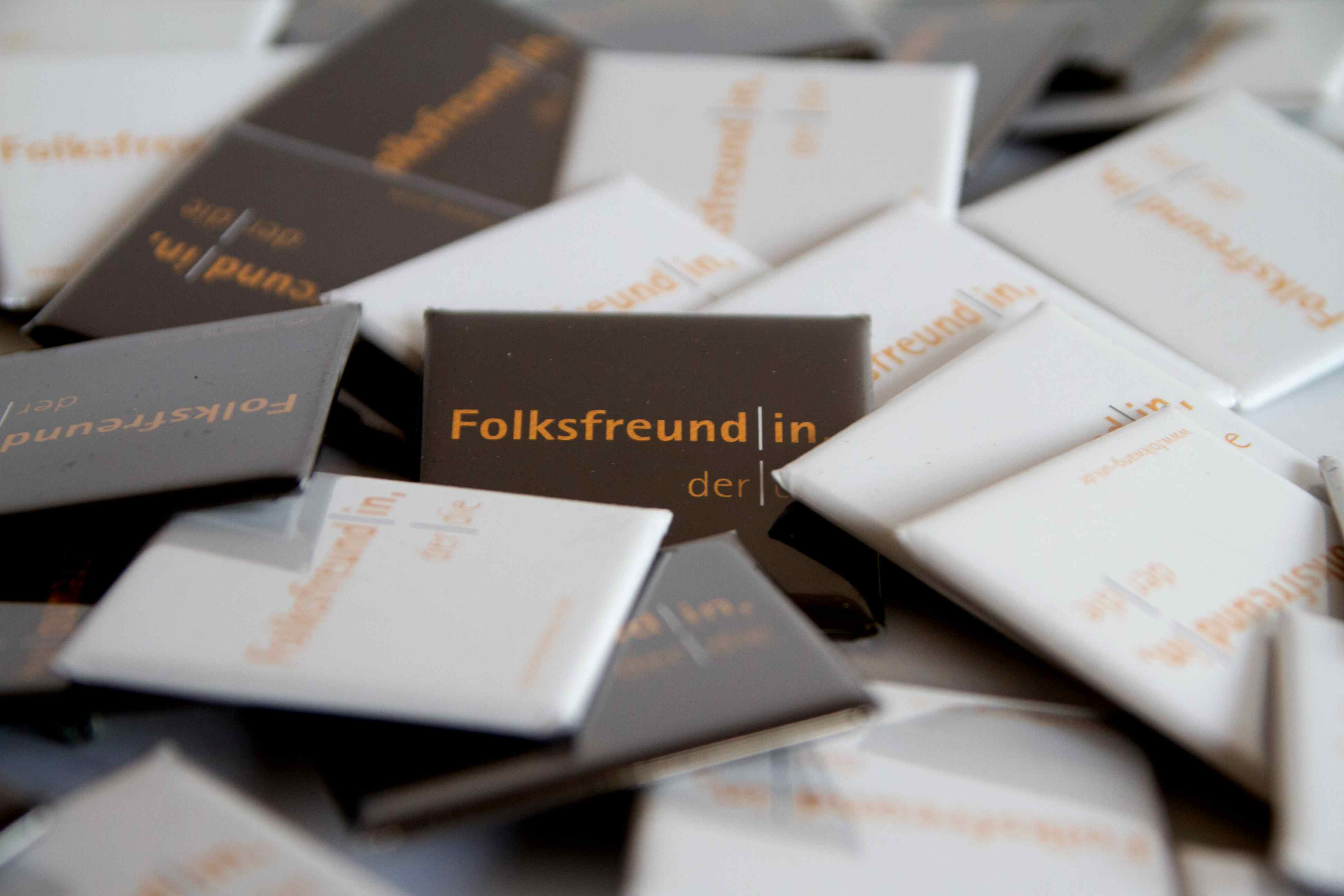 tl_files/Hintergrundbilder/Shop/Thumbnails/Download_Thumbnails/FolkwsfreundIn Buttons.JPG